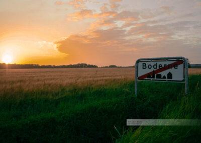 Ortsschild von Boderne im Süden der Insel Bornholm im Abendlicht