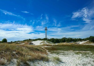 Leuchtturm in Dueodde mit hohen Dünen aus feinstem Sand