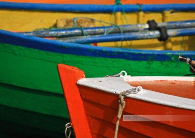 Bunte Boote liegen im Hafen von Gudhjem - Nahaufnahme - Bornholm