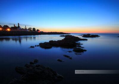 Gudhjem, Sonnenuntergang an der Ostküste in Bornholm. Die Ostsee ist ganz still