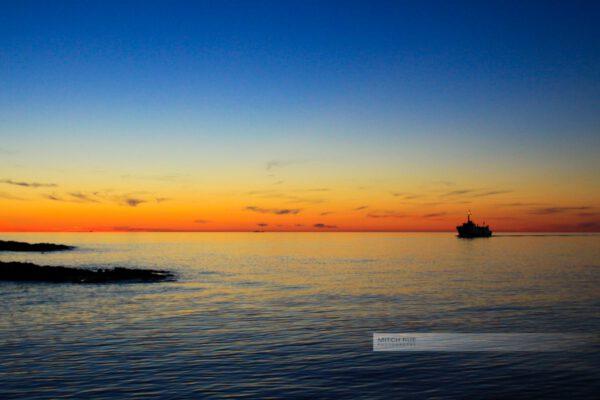 Schiff im Sonnenuntergang- Hafen Gudhjem, Bornholm am Abend