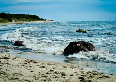 Die Südküste in Bornhol. Wellen branden am menschenleeren Stand