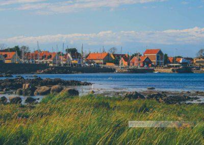 Bornholm-Svaneke in Dänemark. Felsen am Hafen mit Segelschiffen