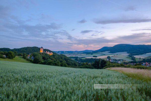 Die Burg Lichtenberg bettet sich in die Landschaft der Westpfalz. Umgeben von sanften Hügeln, Feldern und Wäldern