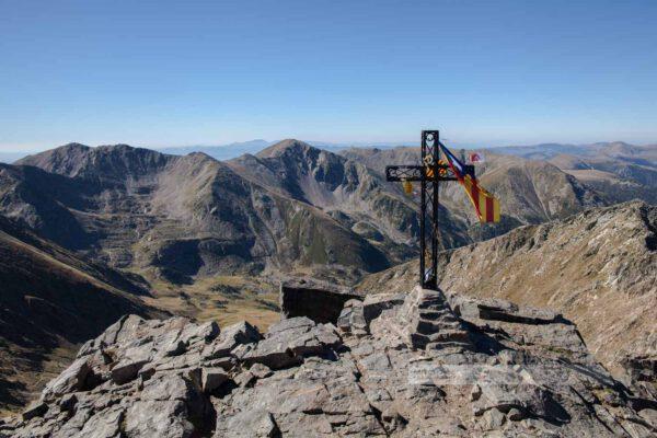 Canigou. Mit einer Höhe von 2.785m ist er der markante Berg der Pyrenäen und galt lange als höchster Berg Kataloniens