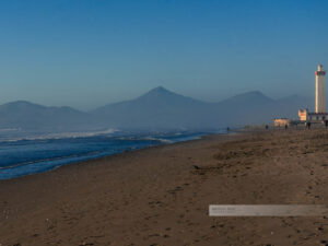 Der Leuchtturm von La Serena direkt am Strand mit den Anden im Hintergrund