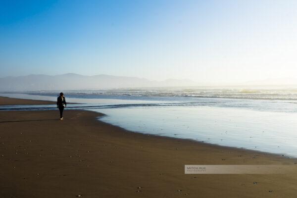 Ein Spaziergang am Strand von La Serena bei Sonnenuntergang
