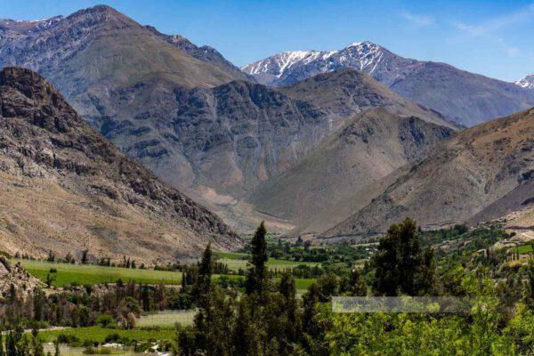Der kleine Norden in Chile im Elquital (Valle del Elqui) zeigt sich durch einen Fluss in grün
