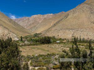 Die besondere Natur des Elquitals, karge Landschaft wird durch einen Fluss grün