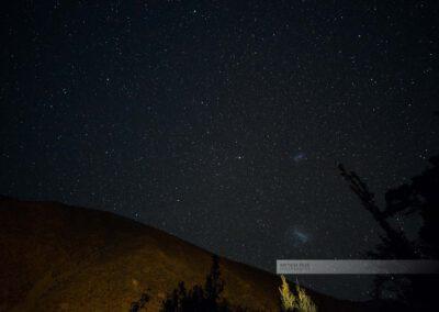 Das Elquital am Abend mit Blick in den Himmel, wo unendlich viele Sterne zu sehen sind