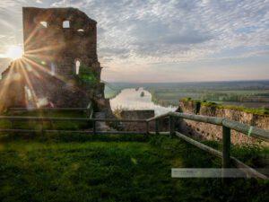 Sonnenaufgang an der Burgruine in Donaustauf