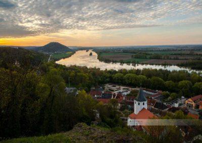 Donaustauf - Sonnenaufgang an der Burgruine. Blick auf Donau und Donaustauf