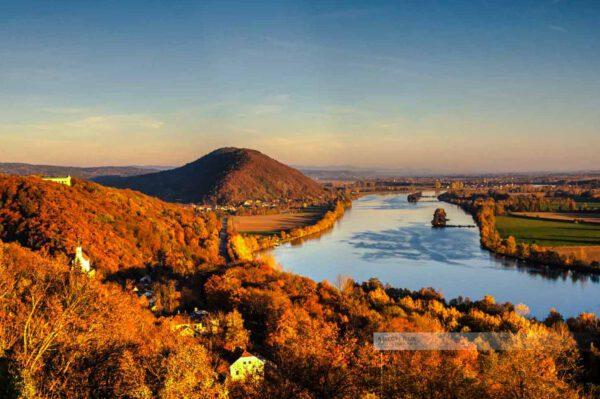Die Walhalla, der Scheuchenberg und die Donau im Abendlicht