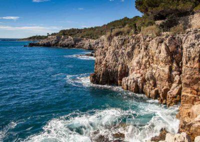 Frankreich- Antibes - Wanderung - Cap d' Antibes - Côte d' Azur -Mittelmeer – Felsküste – Wellen – Blaues Wasser