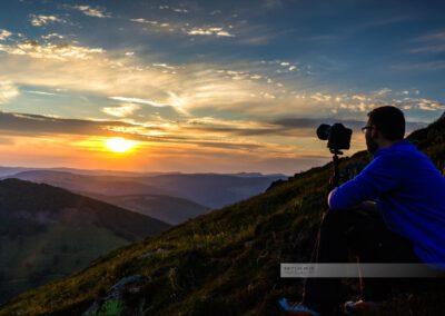 Fotograf im Abendlicht auf dem Gipfel des Grand Ballon