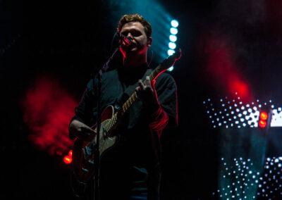 Joe Newman, Sänger der Band Alt-J live bei einem Konzert