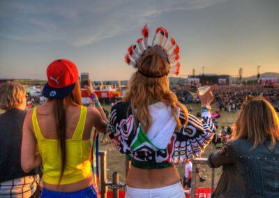 Fans genießen die Aussieht auf das Gelände bei Rock am Ring