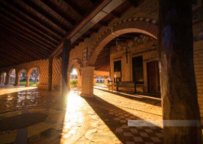 Atyrá - Kloster Marianela im Departamento Cordillera, Kreuzgang und Innenhof am Abend
