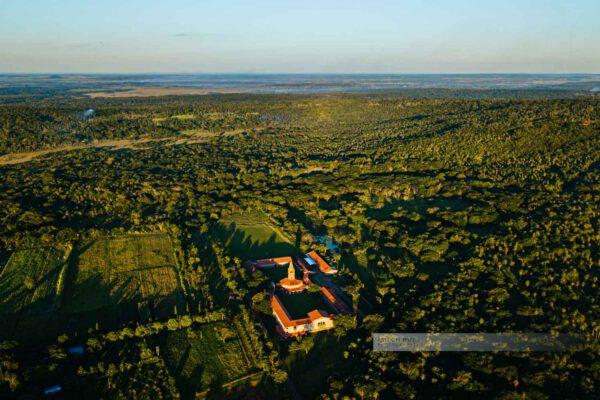 Atyrá - Kloster Marianela im Departamento Cordillera, Luftaufnahme auf Kloster im Regenwald