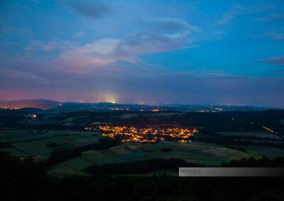 Langzeitbelichtung auf den Landkreis Kusel, Blick in die Ferne, Beleuchtete Häuser liegen im Tal