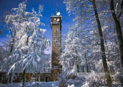 Winter in der Westpfalz. Potzbergturm von Schnee bedeckt. Aufgenommen im Landkreis Kusel (Westpfalz)
