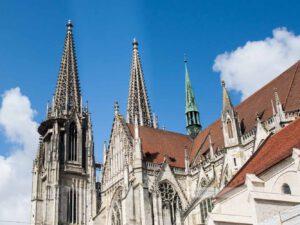 Blick auf die Türme des Dom Sankt Peter in Regensburg