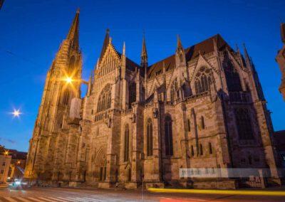 Seitenansicht des Dom Sankt Peter in Regensburg bei Nacht