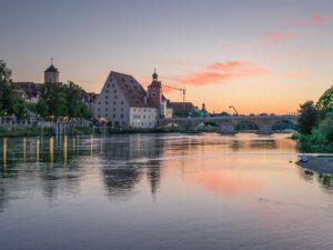 Sonnenuntergang in Regensburg mit Blick auf Steinerne Brücke und Salzstadl