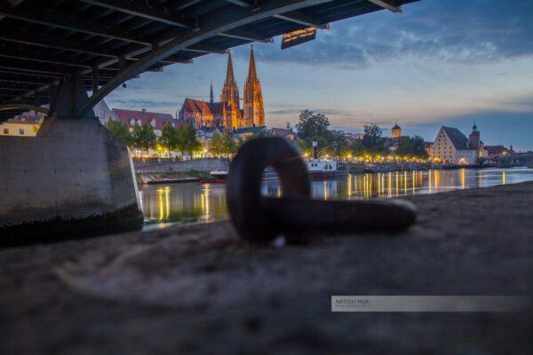 Abendlicht an der Donau in Regensburg, Eiserne Brücke