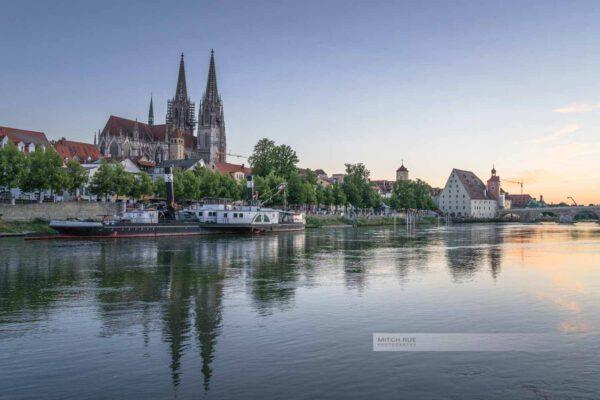 Abendlicht in Regensburg. Blick auf den Dom, Steinerne Brücke und Salzstadel