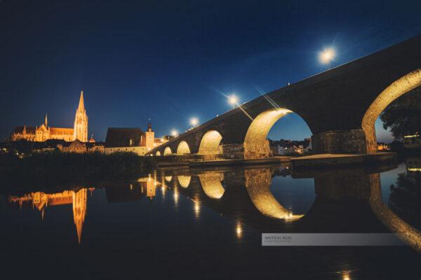 Nacht an der Steinernen Brücke in Regensburg. Dom und Brücke beleuchtet