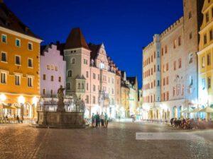 Haidplatz in der Altstadt von Regensburg an einem Sommerabend