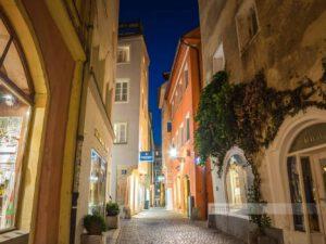 Schmale Gassen in der Altstadt von Regensburg in der Nacht.