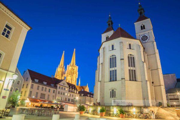 Sommernacht am Neupfarrplatz in Regensburg mit der Neupfarrkirche und dem Dom Sankt Peter