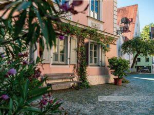 Leere Bank in einer Gasse des Stadtteils StadtamHof im Welterbe Regensburg