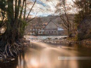 Langzeitbelichtung am Fluss Glan, im Hintergrund die Streitmühle bei Altenglan, Westpfalz