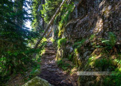 """Eng am Felsen entlang schlängelt sich der """"Sentier des Roches"""""""