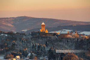 Winter an der Burg Lichtenberg in der Westpfalz. Im Vordergrund Thalichtenberg. Der Potzberg im Hintergrund