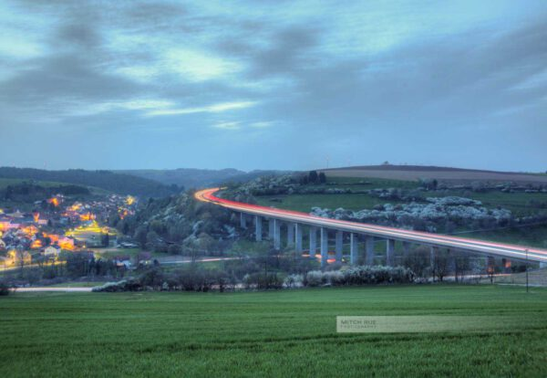 Langzeitbelichtung der Autobahnbrücke A62 bei Henschtal (Kreis Kusel, Westpfalz, Pfälzer Bergland).