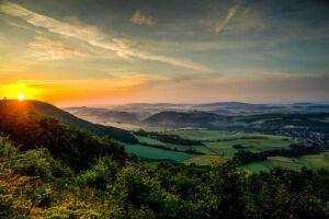 Sonnenaufgang im Landkreis Kusel. Panoramablick in die Ferne