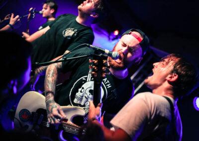 Guitarist und Bassist der Band Beartooth singen gemeinsam ins Mirkofon