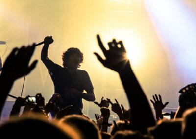 Oliver Skype, Sänger der Band Bring Me The Horizon singt mit Fans bei einem Konzert