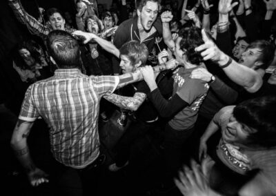 Beim Hardcore Konzert der Band Defeater singen die Fans lautstark mit