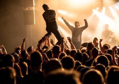 Beim The Ghost Inside Konzert in Karlsruhe singt ein Fan aus dem Publikum